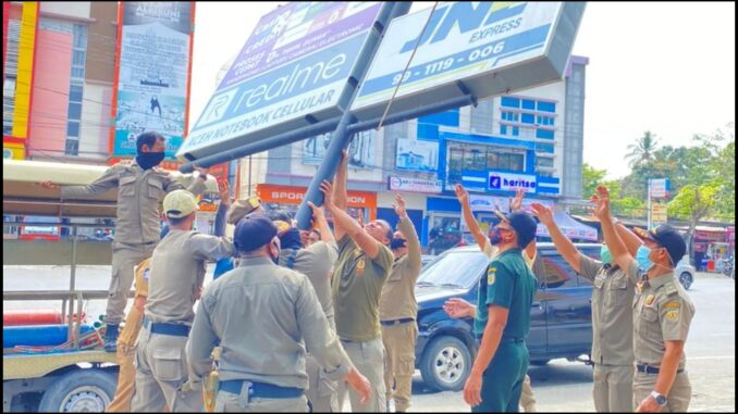 Satpol pp wh banda aceh bongkar reklame